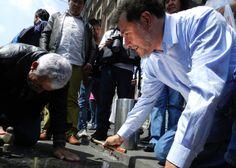 """Noroña coloca placa con nombres de """"traidores a la patria"""" en el Zócalo"""