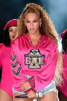 """""""Homecoming"""", the Netflix documentary about Beyoncé& legendary Coachella performance, is here! - The first trailer for the Netflix documentary on Beyoncé& legendary Coachella performance is - Estilo Beyonce, Beyonce 2013, Beyonce Style, Beyonce And Jay Z, Beyonce Pics, Beyonce Album, Coachella Festival, Perrie Edwards, Beyonce Cochella"""