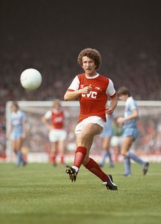 Arsenal forward Alan Sunderland in action during a First Division match between Arsenal and Stoke City at Highbury on August 1981 in London, England. Get premium, high resolution news photos at Getty Images Arsenal Football Shirt, Football Shirts, Arsenal Players, Arsenal Fc, Stoke City, Football Program, Great Team, Sunderland, Big Men