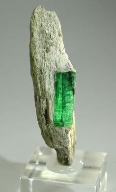 Emerald Leckbachrinne, Habachtal, Pinzgau, Salzburg, Austria Size: 6.2 x 2.7 x 1.6 cm