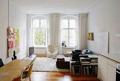 Liebevoll eingerichtetes Wohnzimmer in toller 2-Zimmerwohnung in Berlin: Flauschiger Teppich, hohe Fenster, Couchlandschaft sowie Bücherregal.  #Berlin #Wohnzimmer #livingroom