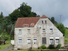 Bauernhaus mit verwaschener grauer Fassade im Teutoburger Wald bei Oerlinghausen und Bielefeld