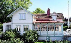 FASADFÄRG PÅ SEKELSKIFTESVILLA I TRÄ This Old House, Swedish House, Garden Living, Scandinavian Home, House Goals, Little Houses, House Front, House Floor Plans, Cottage Style
