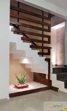 Escalera con detalles en madera y hierro, jardín interno #Moderno