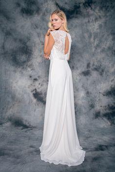 BEATRIZ es el vestido de novia estilo vintage en crepé y gasa natural.  En su línea evasé, el cuerpo interior de satén se combina con un top holgado de encaje bordado en hilo plateado.   Además de su escote corazón, presenta la espalda descubierta en forma de lágrima y unos delicados botones forrados que aportan un toque de lo más romántico.