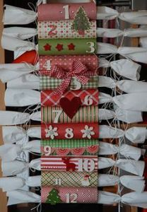 make an Advent calendar using toilet paper rolls Christmas To Do List, 25 Days Of Christmas, Christmas Crafts For Kids, Diy Christmas Gifts, Christmas Projects, Holiday Crafts, Holiday Games, Merry Christmas, Candy Advent Calendar