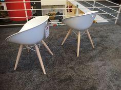Design Stuhl aus Kunststoff und Massivholz.