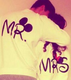 Yo insista que mi luna de miel sea a Disney World.  Yo quiero tener estas camisas.