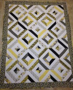 Yellow, gray & white quilt - string quilt - I would love this in blues! Quilting Projects, Quilting Designs, Quilting Ideas, Black And White Quilts, Black White, Yellow Quilts, Quilt Of Valor, Grey Quilt, String Quilts
