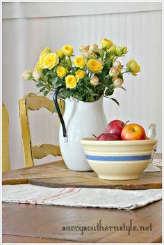 French Farmhouse Style Vignettes French Farmhouse, Farmhouse Style, Shelf Arrangement, Savvy Southern Style, Flea Market Style, Boho, Vignettes, Floral Arrangements, Garden Design