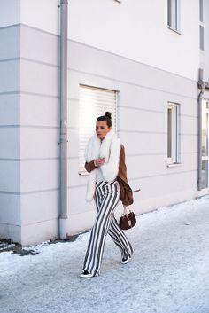 Nina schwichtenberg trägt zu ihrer gestreiften Hose eine Lederjacke und Fakefell Stola. Als Accessoire kombiniert sie die Chloé Drew Bag. Mehr auf www.fashiioncarpet.com