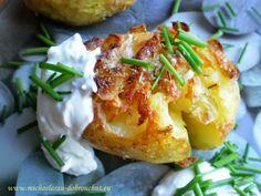 ZMÁČKLÉ BRAMBORY brambory tymián nebo rozmarýn sůl olivový olej tvarohový dip tvaroh česnek pažitka sůl, pepř  Brambory uvařte ve slupce tak, aby byly hodně měkké, ale ne úplně rozvařené, asi tak 23-25 min na 200°, naskládejte na plech a rozmáčkněte , aby vám brambory popraskaly, ale držely tvar, zakápněte olejem a dejte na 20 min péct. Udělejte si tvarohový dip - smíchejte tvaroh s pažitkou, česnek, sůl a čerstvý pepř a nechte vychladit. Brambory otočte, znovu zakápněte olejem,  dopečte 30… Czech Recipes, Ethnic Recipes, Main Dishes, Side Dishes, 20 Min, Baked Potato, Potatoes, Baking, Tvar