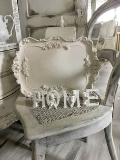 Shabby Chic Home Decor Rustikalen Shabby Chic, Shabby Cottage, Cottage Chic, Painted Cottage, Casa Retro, Iron Orchid Designs, Silver Trays, Romantic Homes, Tray Decor