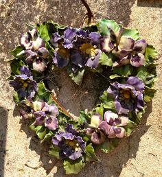 Hart van bloemen van keramiek. Begraafplaats Zuid Frankrijk July 2013 Heart Ceramic Flowers Cemetery Southern France July 2013