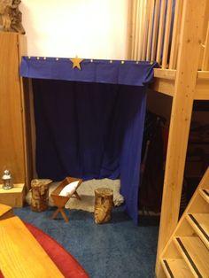 Kerststal waar de kinderen het kerstverhaal na kunnen spelen.
