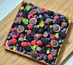 tart with chocolate custard and fresh berries Sweet Recipes, Cake Recipes, Dessert Recipes, Delicious Desserts, Yummy Food, Chocolate Custard, Pie Dessert, Yummy Cakes, No Bake Cake