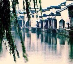 """"""" 京口瓜洲一水间,钟山只隔数重山。春风又绿江南岸,明月何时照我还?"""" · 王安石"""