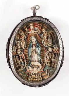 Alcalá Subastas  Virreinato de la Nueva España, S. XVIII.  Magnífico medallón devocional en marfil tallado y policromado con la Virgen de Guadalupe de Tepayac rodeada de las cuatro apariciones al indio Juan Diego y debajo la Catedral. El reverso con Adoración a los Reyes.  Medidas: 6,5 x 5,8 (marfil) 9,2 x 6,6 cms. (total) Montado en plata y carey.  Precio remate: 12.000 Euros