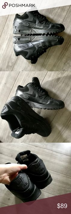 Air Max Comfy ! Super cute shoes, I don't wear them very often :/ very good condition ! Size is 5 kids , they fit 7 perfectly ! Nike Shoes Sneakers