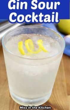 Gin Sour Cocktail with text overlay Cocktails For Parties, Easy Cocktails, Classic Cocktails, Cocktails 3 Ingredients, Orange Juice Cocktails, Sour Cocktail, Pineapple Rum, Smoothie Recipes, Drink Recipes