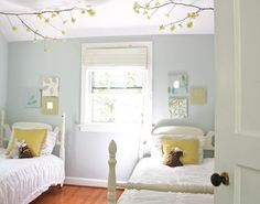 窓から入る光と、パステルトーンでやわらかい印象。 天井から伸びる枝のモチーフもお部屋の雰囲気作りに役立っています。