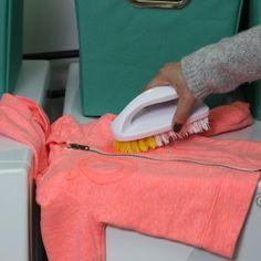 Te comparto mi secreto para aprender cómo quitar las manchas de grasa de la ropa. Este secreto te ayudará a salvar las prendas que se ensuciaron de grasa. Elimina los reztos de comida y agrega talco en la mancha de grasa, deja reposar un dia, elimina el exeso de talco y lava como acostumbras