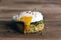 Little Quinoa Patties.I don't know what a quinoa patty is, but this looks freakin delicious. Quinoa Patty, Quinoa Cake, Great Recipes, Favorite Recipes, Quinoa Breakfast, Breakfast Cake, Cooking Recipes, Healthy Recipes, Healthy Food