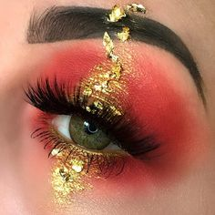 """Shinning gold skool! From @christinacmua. Lenses: #crystalballcaramelbrown. Use code """"TTDPIN"""" get 10% off. #coloredcontacts#contactsonline#eyecontact#ordercontactsonline#cheapcontactlenses#makeuptrend#flawlesssdolls#dressyourface#influencer#bblogger#cosmeticlens#fashionmakeup#makeupworld#likeforlike#eyesmakeup#contactlenses#contactlens#makeup#makeupoftheday#ttdeye#browncontacts#contactlenses#coloredlenses#glitters#beautifulmakeup#eyemakeup#like4like"""
