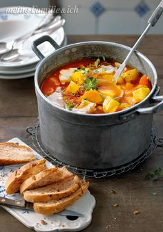 Dinner Recipes Pumpkin and potato goulash / We serve the stew classic vegetarian: . Fall Recipes, Soup Recipes, Vegetarian Recipes, Crockpot Recipes, Healthy Recipes, Goulash, Meals Without Meat, Stewed Potatoes, Easy Cooking