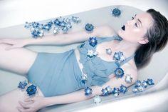 Photos d'inspiration salle de bain pour shooting mode  www.nofacenoname.blogspot.fr  Instagram : @nofacenonameblog Twitter : @nfnnblog Facebook : https://www.facebook.com/nofacenonameblog #bain #baignoire #salledebain #bathroom #bath #bathtub #fashion #mode #editorial #shooting #flower #fleurs #bleu #blue