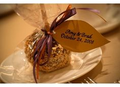 I think this is a great idea for Fall wedding favors, cheap, easy and adorable...who doesnt love a carmel apple in the Fall?