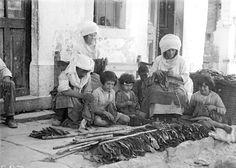 Οικογένεια  αρμαθιάζει τον καπνό με βελόνες στην Καλαμωτή Χίου. 1912-1950 Περικλής Παπαχατζιδάκης The Past, Greek, Costumes, Traditional, Painting, Vintage, Art, Art Background, Dress Up Clothes