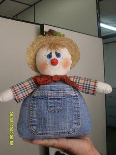 espantalho Scarecrow Doll, Scarecrow Crafts, Halloween Crafts, Scarecrows, Fabric Crafts, Sewing Crafts, Sewing Projects, Craft Projects, Fall Wood Crafts