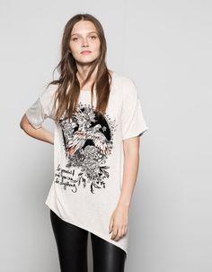T-shirt manga curta pássaro folk. Descubra esta e muitas outras roupas na Bershka com novos artigos cada semana