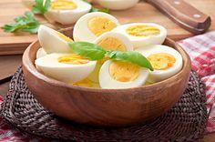 Egal ob als Omelett oder Rührei, in Saucen, Dips oder Desserts, ob einfach nur hart oder weich gekocht: Eier sind aus der Küche kaum noch weg zu denken (auch wenn sogar dass die Veganer versuchen). Aber was ist eigentlich drin im Ei? Sind Eier wirklich so Gesund? Ist die Panik ums Cholesterin wirklich begründet und …