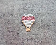 Broche montgolfière motif zig zag en perle de miyuki / gris pourpre et rose / broche tissée à la main / invitation au voyage