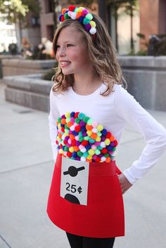 The tutorial for this DIY Gumball Machine Costume could not be easier - just felt and pom poms and no fancy skills required! Diy Halloween Costumes For Girls, Fete Halloween, Halloween Kids, Pirate Costumes, Group Halloween, Couple Halloween, Easy Diy Costumes, Homemade Kids Costumes, Pizza Halloween Costume