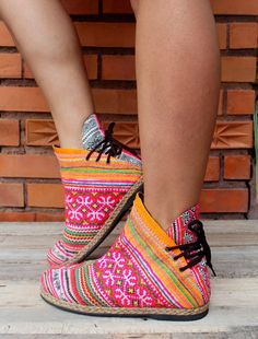 Funky Womens botines étnico Hmong bordada y por SiameseDreamDesign
