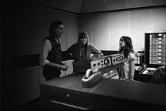 youoldcuss: James Taylor, Joni Mitchell & Carole King in the studio recording King's Tapestry, LA - 1971 U Rock, Rock And Roll, Carole King, Dance It Out, Famous Musicians, Music Pics, Classic Songs, Natural Women, She Song