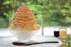 京都・北山に本店を構える洋菓子店「マールブランシュ」。創業以来愛され続けているモンブランは、この店の代名詞とも言える存在。目の前で仕上げてくれるモンブランや季節限定のモンブランのかき氷など、本店だけで味わえる限定スイーツがたくさんあるんですよ。