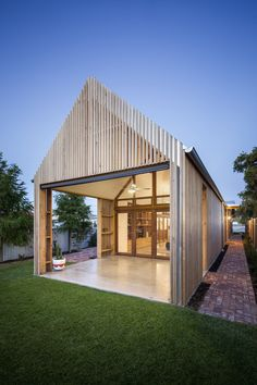 This home extension demonstrates a sincere attempt from the architect to balance the challenges of designing for a very particular context with designing for environmental performance.