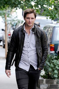 """""""Twilight"""" star Peter Facinelli goes for a stroll on an overcast day in New York City Socialite Life Twilight Stars, Twilight Book, Twilight Cast, Nurse Jackie, Carlisle Twilight, Peter Facinelli, Wattpad, Cute Actors, Photo L"""