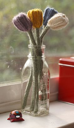 knitted tulips- need to find the pattern for this Knitted Flowers, Fabric Flowers, Knitting Projects, Crochet Projects, Knitting Yarn, Knitting Patterns, Yarn Crafts, Diy Crafts, Thinking Day