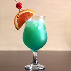 Wunderbarer sommerlicher Cocktail mit toller Farbe: der Green Mamba mit Blue Cur… Wonderful summery cocktail with great color: the green mamba with blue curacao and passion fruit juice. Blue Curacao, Grasshopper Cocktail Recipes, Green Juice Cleanse, Green Juice Benefits, St Patrick's Day Cocktails, Green Cocktails, Juice For Skin, Cocktail, Daisies