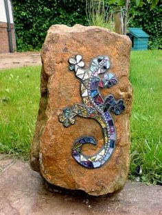 Gecko on Rock .........we have so many LIVE geckos, think it would be cool to make a mosaic one too!