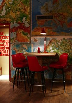 wall lined with red high mapas_sillas