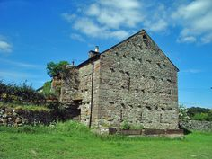 Stone barns are common in parts of the United Kingdom, United States, France, and some Mediterranean countries. The projecting stones are a style in part of England. Photo by Alexander P Kapp