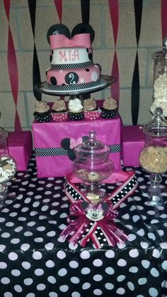 Minnie mouse birthday party Love those streamers Landyns