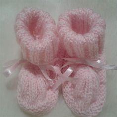 Paire de petits chaussons roses look rétro fait main @ lemarchedufaitmain  Cette paire de petits chaussons rose style rétro ornée d'un noeud satin fait main est entièrement tricotée aux aiguilles . Vous apprécierez la finesse du travail ainsi que la régularité...