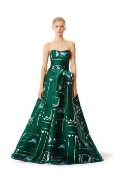 Carolina Herrera's Pre-Fall 2015 dress resembles 1950s evening wear. The dress takes inspiration from mid century glamorous evening wear. The strapless look with the fitted bodice and long flowy hem resemble dress of the time period. The polished look resembles Hollywood glamour of the time. 4/ 2/ 15
